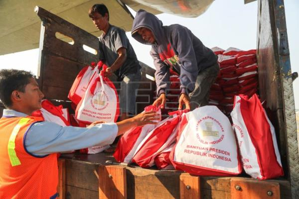 A handout photo made available by the Indonesian National Board for Disaster Management (BNPB) shows Indonesian workers loading donations into military transport aircraft at Halim Perdanakusumah Military Airport in Jakarta, Indonesia, Sep. 30, 2018. EPA-EFE/BNPB HANDOUT HANDOUT EDITORIAL USE ONLY/NO SALES