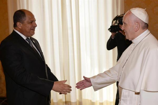 Solis invites pope francis to visit costa rica world english pope francis r shakes hands with the president of costa rica luis guillermo solis m4hsunfo