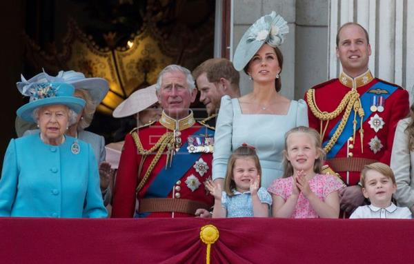 (L-R) Britiain's Queen Elizabeth II, Meghan Duchess of Sussex, Prince Charles, Prince Harry, Catherine Duchess of Cambridge, Princess Charlotte, Savannah Phillips, Prince George and Prince William watch the flypast on the Balcony of Buckingham Palace during the Trooping of the Colour, Queen's 92th birthday parade outside Buckingham Palace in London, Britain, 09 June 2018. EFE
