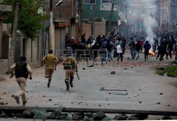 Kashmiri Muslim protesters run as Indian police and paramilitary men chase them during clashes in downtown area of Srinagar, May 8, 2018. EPA-EFE FILE/FAROOQ KHAN