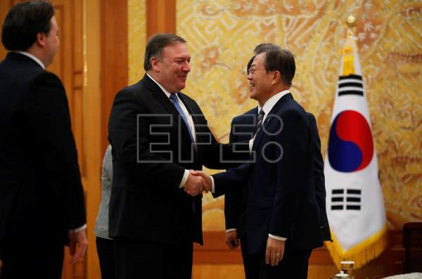 US Secretary of State Mike Pompeo (C) shakes hands with South Korea's President Moon Jae-in (R) during a bilateral meeting at the presidential Blue House in Seoul, South Korea, Jun. 14, 2018. EPA-EFE/KIM HONG-JI/POOL
