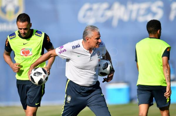 Brazil's head coach Tite (C) attends a training session in Sochi, Russia, 14 June 2018. The Brazilian team prepares for the FIFA World Cup 2018 taking place in Russia from 14 June until 15 July 2018. Brazil will face Switzerland in the FIFA World Cup 2018 Group E preliminary round soccer match on 17 June 2018. EFE