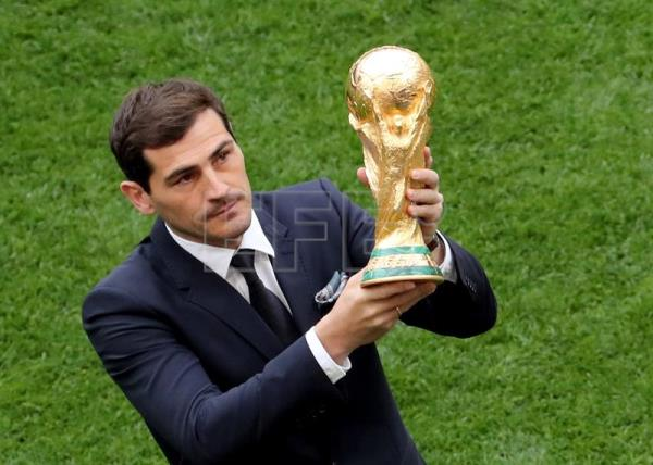 Spanish goalkeeper Iker Casillas presents the World Cup trophy prior to the FIFA World Cup 2018 group A preliminary round soccer match between Russia and Saudi Arabia in Moscow, Russia, 14 June 2018. EFE