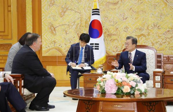 South Korean President Moon Jae-in (R) speaks with US Secretary of State Mike Pompeo (L) during their meeting at the presidential office in Seoul, South Korea, Jun. 14, 2018. EPA-EFE/YONHAP SOUTH KOREA OUT