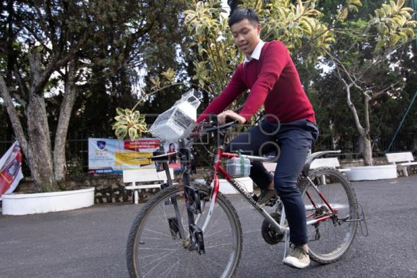 Vietnamese teenagers hoping to clean air with bicycle invention