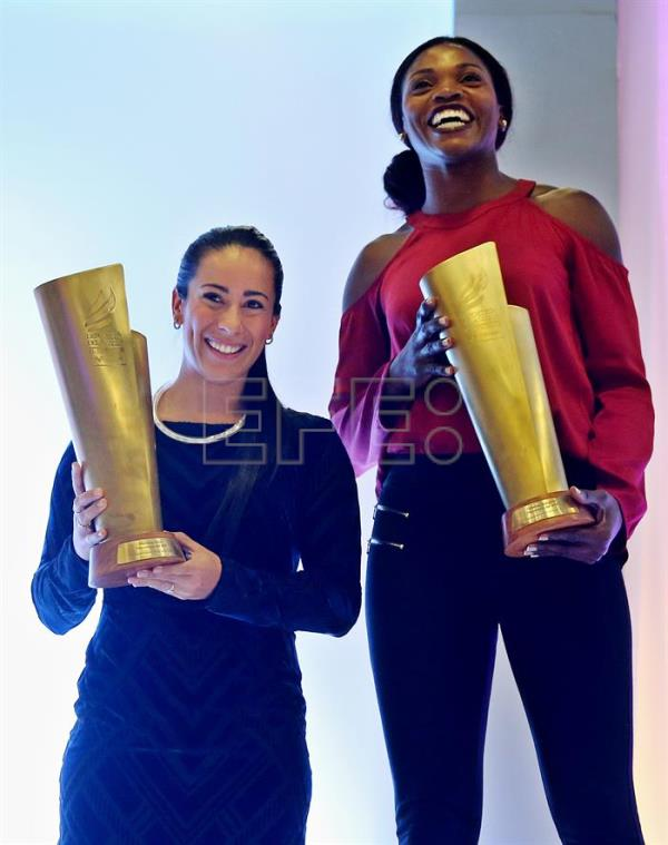 Colombian athlete Caterine Ibargüen (R), first place and BMX rider Mariana Pajon, second place, pose with their trophies during the ceremony of the Colombian Athlete of the Year 2016, in Bogota, Colombia, 14 December 2016. EFE/LEONARDO MUNOZ