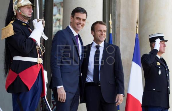 Emmanuel Macron (C-R) welcomes Pedro Sanchez (C-L) as he arrives for a meeting at the Elysee Palace in Paris, France, June 23, 2018. EPA-EFE/IAN LANGSDON