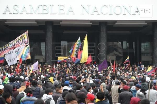 Security forces oust protesters from Ecuadorian congress