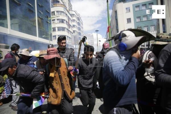 Bolivian police disperse protesters with tear gas