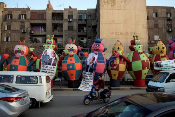 People erect tube balloons outside a public rally in support of incumbent President Abdel Fattah al-Sisi's re-election, in Bulaq al-Dakror district, Cairo, Egypt, Mar. 9, 2018. EPA-EFE FILE/MOHAMED HOSSAM