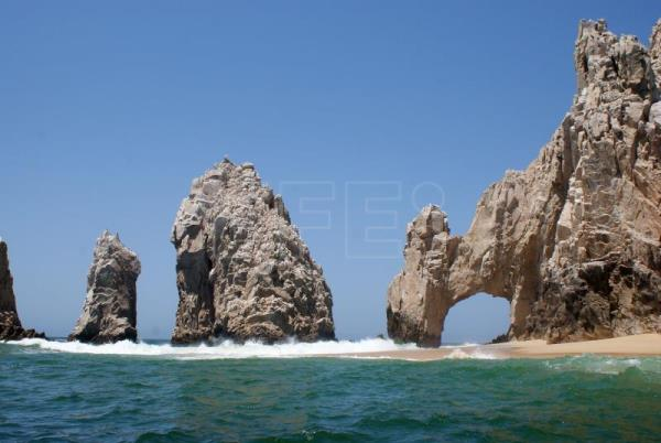 Cracks forecast collapse of iconic Cabo San Lucas Arch