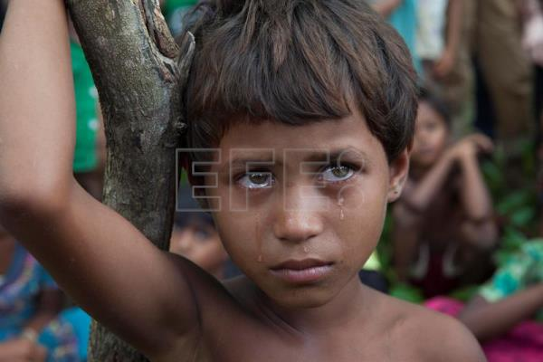 A Rohingya Muslim child sheds tears as it along with other refugees had crossed over to Bangladesh at the Kutubalam area, Bangladesh, 06 September 2017. EPA-EFE/MONIRUL ALAM
