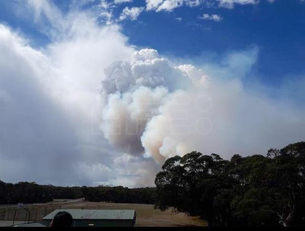Fire burning at Summercloud Bay, Jervis Bay, New South Wales, Thursday, Sept. 14, 2017. EPA-EFE/ NSW Rural Fire Service Wreck Bay Brigade/ HANDOUT