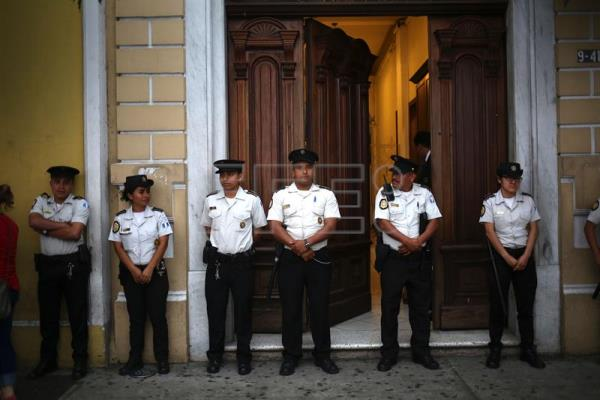 Members of the Police guard the entrance of the Congress in Guatemala City, Guatemala, 12 September 2017. EPA-EFE FILE/Esteban Biba