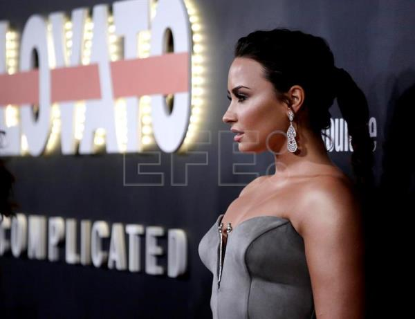 "La cantante, compositora y actriz estadounidense Demi Lovato posa para los fotógrafos a su llegada a la presentación de su documental ""Demi Lovato: Simply Complicated"" en el teatro Fonda Theatre de Hollywood, California (Estados Unidos). EFE"