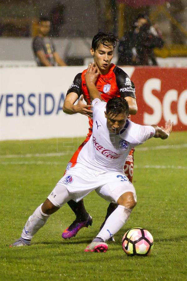 Olimpia Michael Chirinos (R) against Pachuca Erick Aguirre (L) during their Champions League of Concacaf match at Nacional Stadium in Tegucigalpa, Honduras, 19 October 2016. EFE/Gustavo Amador