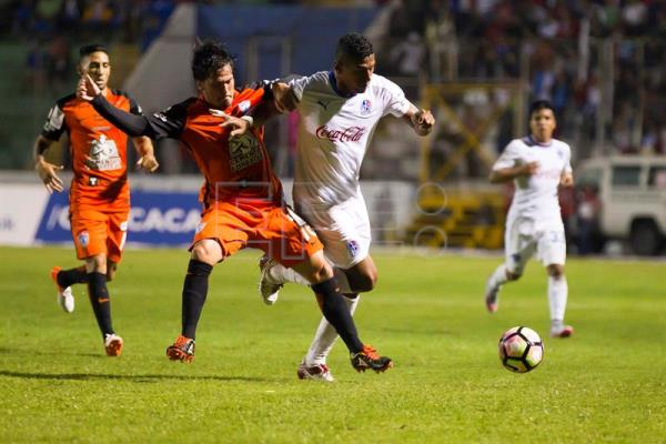 Olimpia Carlo Costly (R) against Pachuca Jorge Hernandez (L) during their Champions League of Concacaf match at Nacional Stadium in Tegucigalpa, Honduras, 19 October 2016. EFE/Gustavo Amador