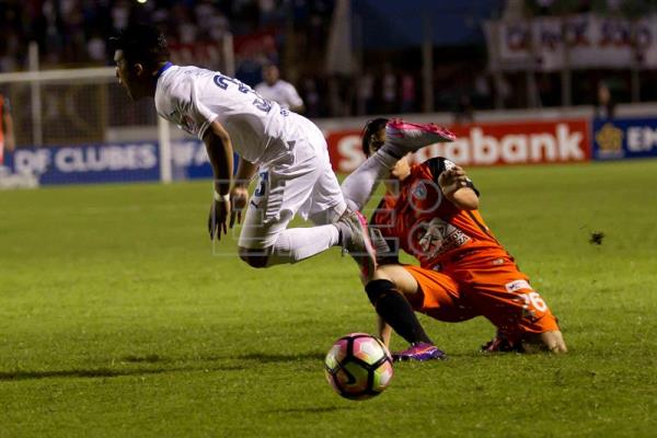 Olimpia Michael Chirinos (L) against Pachuca Erick Aguirre (R) during their Champions League of Concacaf match at Nacional Stadium in Tegucigalpa, Honduras, 19 October 2016. EFE/Gustavo Amador