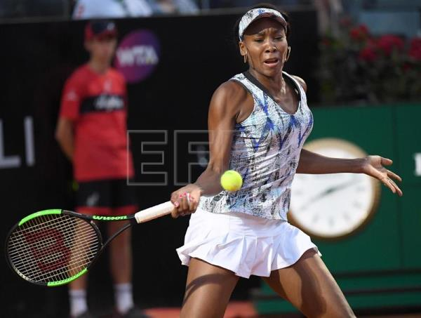 US Venus Williams returns the ball to Spanish Garbine Muguruza during their quarter final match for the Italian Open tennis tournament at the Foro Italico in Rome, Italy, 19 May 2017. EFE
