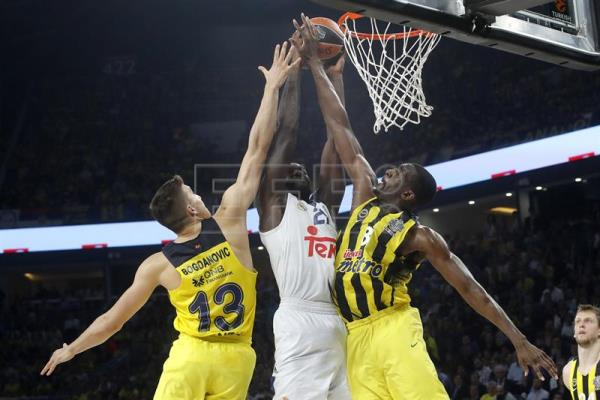 El pívot estadounidense del Real Madrid Othello Hunter (c) intenta canasta ante los jugadores del Fenerbahce Bogdan Bogdanovic (i) y Ekpe Udoh, durante la segunda semifinal de la Final a Cuatro de la Euroliga que Fenerbahce y Real Madrid disputan esta tarde en el Sinan Erdem de Estambul. EFE