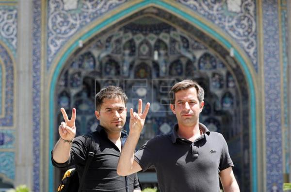 epa05973733 Iranian men flash the V for victory sign after casting their ballots during the Iranian presidential elections at the polling station in the Abdol Azim shrine, in the city of Shahre-Ray, 12 km south of Tehran, Iran, May 19, 2017. EPA/ABEDIN TAHERKENAREH