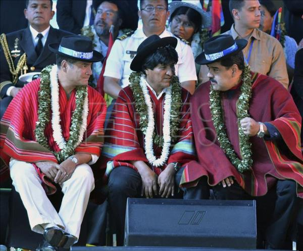 Bolivian President, Evo Morales (C), next to his Ecuadorian counterpart Ecuador Rafael Correa (L) and Venezuela Nicolas Maduro (R) during the closure of the II World People's Conference on Climate Change in Cochabamba, Bolivia on October 12, 2015. EFE / Jorge Abrego