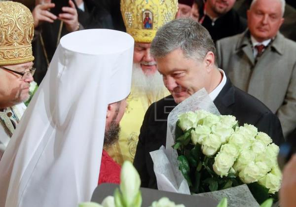 Ukrainian President Petro Poroshenko (R) greets the Metropolitan Epifaniy, the head of the Ukrainian Orthodox Church, during the ceremony of his enthronization in the St. Sophia Cathedral in Kiev, Ukraine, 03 February 2019. EPA-EFE/SERGEY DOLZHENKO