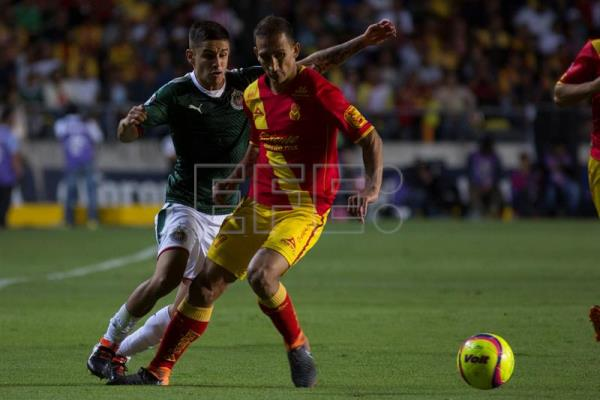 Morelia s Emmanuel Loeschbor (R) vies for the ball with Chivas  Edson  Torres during 21c85033e