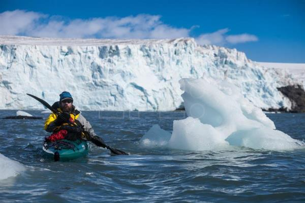 Kayakers complete first journey around Antarctic archipelago