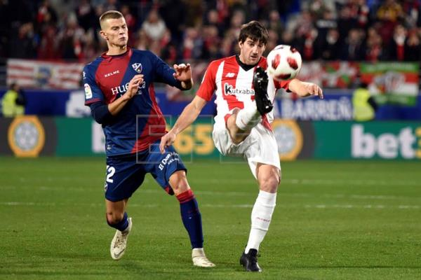 Athletic Bilbao's Mikel San Jose (right) and Huesca's Samuele Longo in action during a Copa del Rey round of 32 second-leg game at El Alcoraz Stadium in Huesca, Spain, on Dec. 6, 2018. EPA-EFE/Javier Blasco