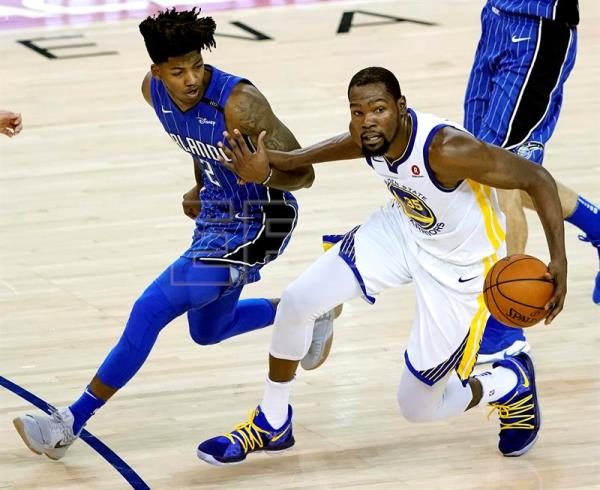 Kevin Durant (d) de los Golden State Warriors en acción ante Elfrid Payton (i) de los Orlando Magic durante un partido de la NBA, entre los Golden State Warriors y los Orlando Magic, en el Oracle Arena de Oakland, California (EE.UU). EFE
