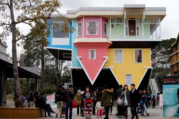 Visitors flock to upside-down house in Taiwan