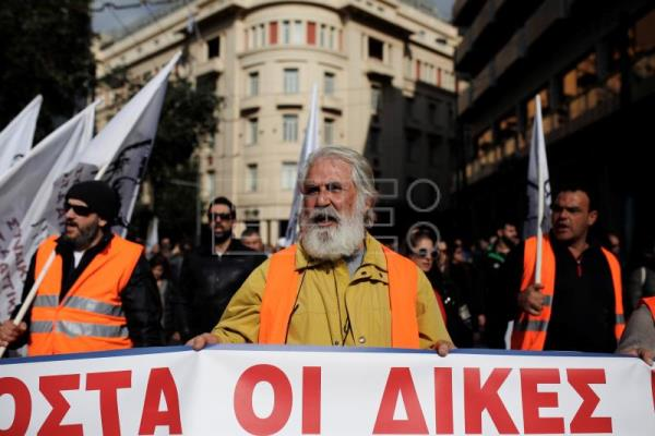 Greek civil servants on strike for wage hike, improved pensions