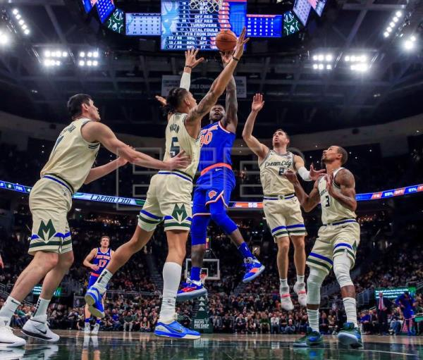 Bucks extend streak to 12 wins by drubbing Knicks, led by mighty Greek Freak