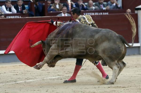 Spanish bullfighter Jose Maria Manzanares performs a pass on 'Triston', a bull of the Nunes del Cuvillo farm, during the ninth day of the San Isidro Fair at Las Ventas bullring in Madrid, Spain, 16 May 2018. EFE/Javier Lizon