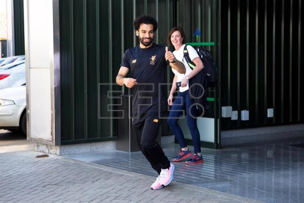Liverpool's Egyptian striker Mohamed Salah (L) arrives at the airport in Malaga, southern Spain, May 16, 2018. EPA-EFE/DANIEL PEREZ