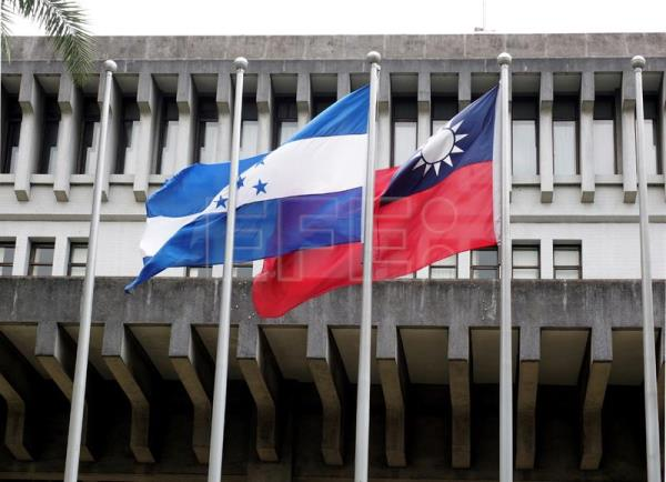 The national flags of Honduras (L) and Taiwan (R) fly side by side in front of the Foreign Ministry in Taipei, Taiwan, Jul. 2, 2017. EPA-EFE FILE/DAVID CHANG