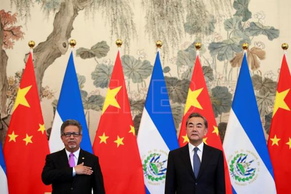 El Salvador Foreign Minister Carlos Castaneda (L) and his Chinese counterpart Wang Yi (R) stand for the national anthem of El Salvador during a signing ceremony to establish diplomatic ties with China at the Diaoyutai State Guesthouse in Beijing, China, Aug. 21, 2018. EPA-EFE FILE/HOW HWEE YOUNG