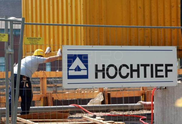 A construction worker of the company Hochtief places a container at a construction site in Duisburg, Germany, May 11, 2011. EFE- EPA (FILE)/Roland Weihrauch