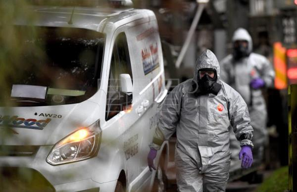 Members of the armed forces in protective suits investigate a property in Winterslow near Salisbury, UK, Mar. 12, 2018. EPA-EFE/NEIL HALL
