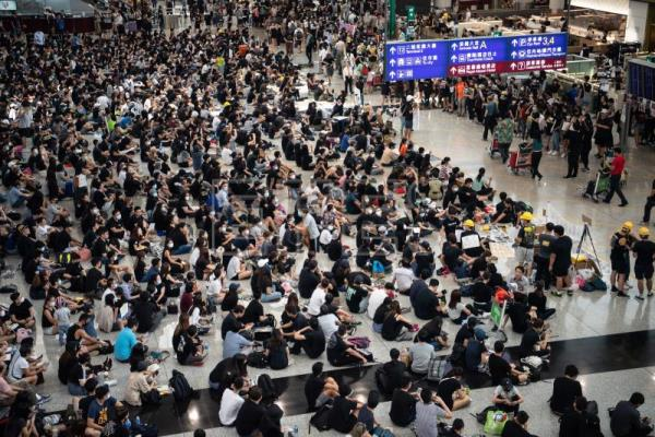 Hong Kong protesters paralyze airport for 2nd consecutive day