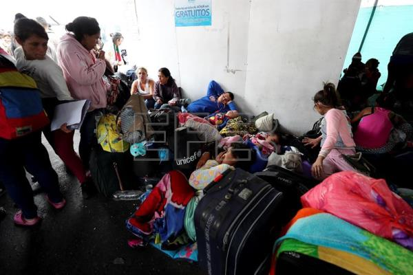 Venezuelans gather at Ecuador border trying to get to Peru