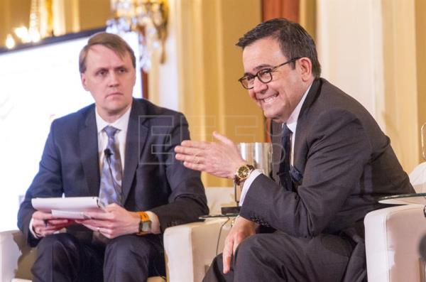 Mexican Economy Secretary Ildefonso Guajardo (R), next to Canadian journalist Derek DeCloet, during a conference organized by the Canadian Council for the Americas (CCA) on the future of the relationships between the United States, Canada and Mexico, in Toronto, Canada, 21 February 2017. EFE/Julio Cesar Rivas
