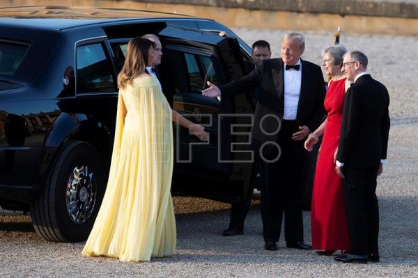 The prime minister of the United Kingdom, Theresa May (2-R), is seen with her husband, British investment relationship manager Philip May (R); the first lady of the United States, Melania Trump (L); and US President Donald Trump (C) ahead of a dinner with business leaders at Blenheim Palace, Oxfordshire, UK, on 12 July 2018. EPA-EFE/WILL OLIVER INTERNATIONAL POOL