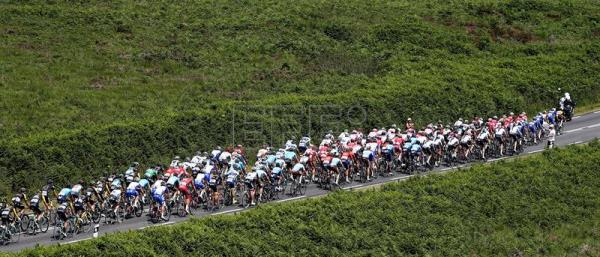 The pack in action during the 6th stage of the 105th Tour de France over the 181 km between Brest and Mur-de-Bretagne Guerledan, France, on July 12, 2018. EPA-EFE/SEBASTIEN NOGIER