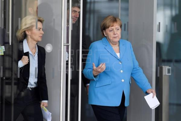 Germany's Chancellor Angela Merkel (R) and German Defense Minister Ursula von der Leyen (L) on their away to a news conference during the second day of a NATO Summit in Brussels, Belgium, July 12, 2018. NATO member countries' heads of states and governments gather in Brussels on July 11-12, 2018 for a two days meeting. EFE-EPA/CHRISTIAN BRUNA