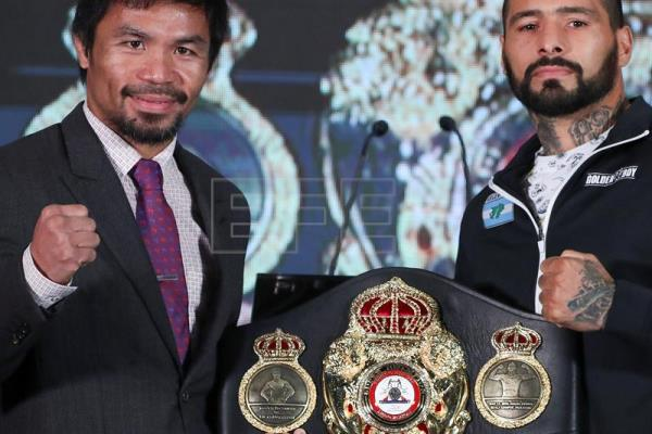 Filipino senator and boxing icon Manny Pacquiao (L) and Argentina's Lucas Matthysse (R) pose for a photograph after a press conference in Kuala Lumpur, Malaysia, Jul. 12, 2018. EPA-EFE/FAZRY ISMAIL