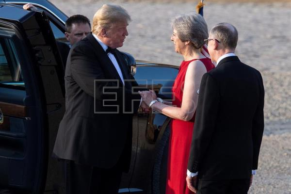 The prime minister of the United Kingdom, Theresa May (2-R), and her husband, investment relationship manager Philip May (R), greet the president of the United States, Donald Trump (C), ahead of a gala dinner with business leaders at Blenheim Palace, Oxfordshire, UK, on 12 July 2018. EPA-EFE/WILL OLIVER INTERNATIONAL POOL