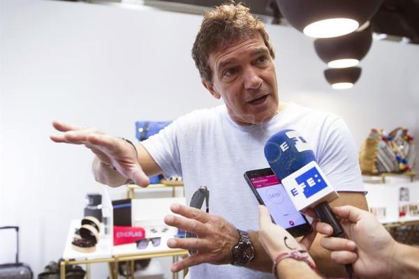 "epa06139888 Spanish actor Antonio Banderas talks to the press during the presentation of the actor's new accessories collection ""Antonio Banderas Design"" in Marbella, Spain, 12 August 2017. EPA/Jorge Zapata"