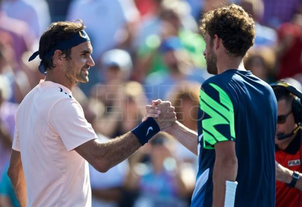 Roger Federer of Switzerland shakes hands with Robin Haase of Netherlands after his victory in the ATP Rogers cup men's semi final in Montreal, Canada, 12 August 2017. EFE